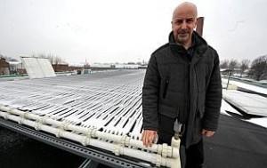 Xavier Marinez et ses gaines solaires thermique sur son toit a Tourcoing.